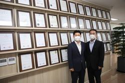 제이앤지 박종우 대표이사(사진 왼쪽)와 신정수 부사장.